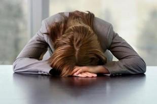 donna che dorme in ufficio