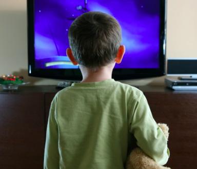 Guardare la tv da vicino fa male vivere al meglio for Guardare la tv