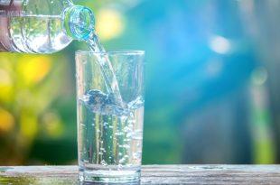 Fa male bere tanta acqua?